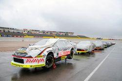 Autos formados con la cubierta para la lluvia en el pit lane