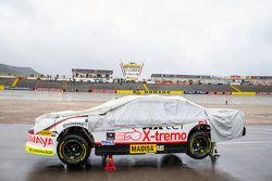 Auto con la cubierta para la lluvia en el pit lane