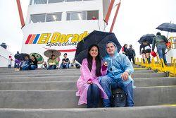 Aficionados en las tribunas con la lluvia