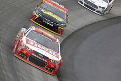 A.J. Allmendinger, JTG Daugherty Racing Chevrolet ve Clint Bowyer, Michael Waltrip Racing Toyota