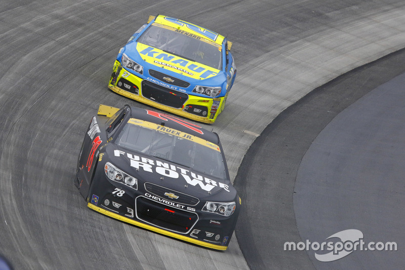 Martrin Truex Jr., Furniture Row Racing Chevrolet та Пол Менард, Річард Чілдресс Racing Chevrolet