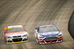 Trevor Bayne, Roush Fenway Racing Ford et Kevin Harvick, Stewart-Haas Racing Chevrolet