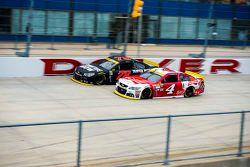 Kevin Harvick, Stewart-Haas Racing Chevrolet et Martin Truex Jr., Furniture Row Racing Chevrolet