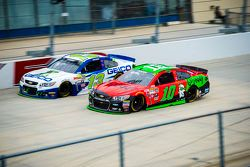 Danica Patrick, Stewart-Haas Racing Chevrolet et Casey Mears, Germain Racing Chevrolet