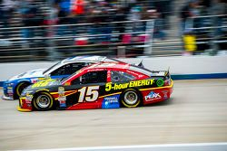 Clint Bowyer, Michael Waltrip Racing Toyota et Ricky Stenhouse Jr., Roush Fenway Racing Ford