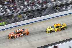 Carl Edwards, Joe Gibbs Racing Toyota and Jamie McMurray, Chip Ganassi Racing Chevrolet