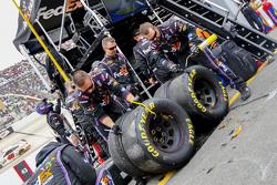 Tire inspection for Denny Hamlin, Joe Gibbs Racing Toyota