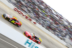 Jeff Gordon, Hendrick Motorsports Chevrolet and Kurt Busch, Stewart-Haas Racing Chevrolet