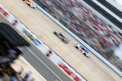 Kyle Larson, Chip Ganassi Racing Chevrolet and Trevor Bayne, Roush Fenway Racing Ford