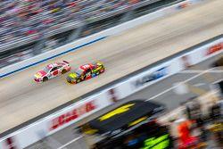 Kasey Kahne, Hendrick Motorsports Chevrolet ve Clint Bowyer, Michael Waltrip Racing Toyota