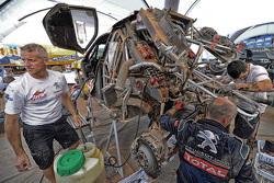 Peugeot Sport mekanikerleri çalışıyor