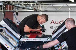 Les mécaniciens Audi au travail