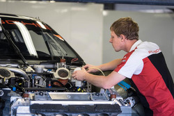 Un mécanicien Porsche au travail