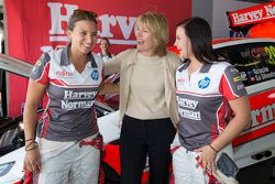 Renee Gracie e Simona de Silvestro, Prodrive Racing Australia Ford con Katie Page, CEO di Harvey Nor