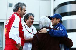 Maurizio Arrivabene avec Pasquale Lattuneddu (FOM), Bernie Ecclestone et Felipe Massa