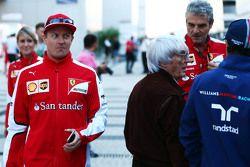 Kimi Raikkonen, Ferrari passeert Bernie Ecclestone, Maurizio Arrivabene, teambaas en Felipe Massa, W