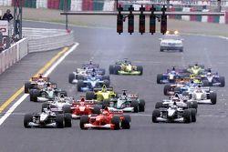 Start: Mika Häkkinen, McLaren, und Michael Schumacher, Ferrari, in Führung