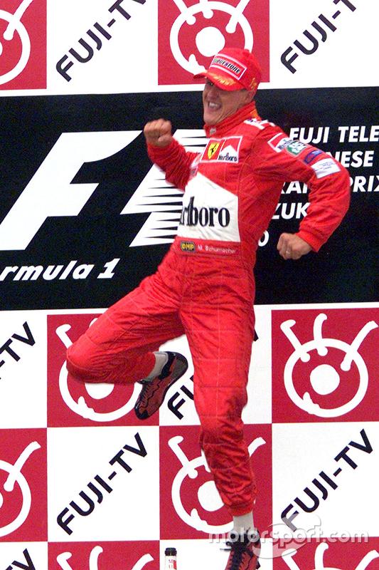 Dann springt Schumacher auf das Siegertreppchen