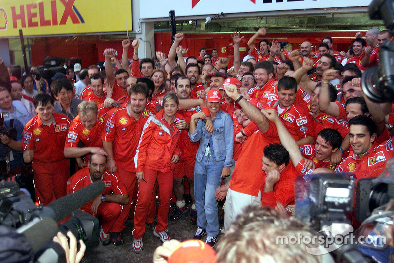 El equipo Ferrari celebra el Campeonato del mundo de pilotos del 200