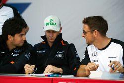 Sergio Perez, Sahara Force India F1, avec Nico Hulkenberg, Sahara Force India F1 et Jenson Button, McLaren