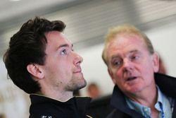 (De izquierda a derecha): Jolyon Palmer, Test F1 Team Lotus piloto de reserva con su padre Jonathan