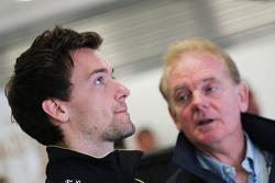 Джолион Палмер, тестовый и резервный пилот Lotus F1 со своим отцом Джонатаном Палмером