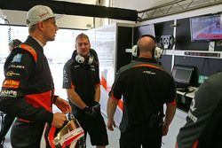 Nico Hulkenberg, Sahara Force India F1 regarde le nettoyage de la piste