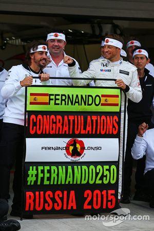 Fernando Alonso, McLaren viert 250ste GP met Eric Boullier, McLaren Racing Director, Jenson Button,
