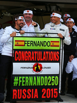 Fernando Alonso, McLaren, feiert seinen 250. GP mit Eric Boullier, McLaren-Rennleiter, sowie mit Jen
