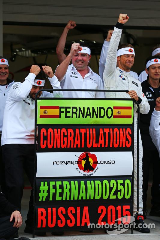 Fernando Alonso, McLaren viert zijn 250ste GP met Eric Boullier, McLaren Racing Director, Jenson But