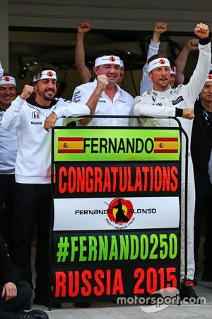 (De izquierda a derecha): Fernando Alonso, McLaren celebra su GP número 250 con Eric Boullier, direc