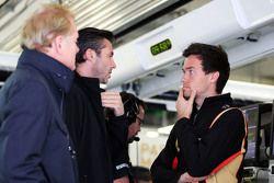 Jonathan Palmer, avec Matthew Carter, CEO Lotus F1 Team et Jolyon Palmer, Pilote d'essais et de réserve Lotus F1 Team