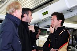 Jonathan Palmer mit Matthew Carter, Lotus F1 Team, Geschäftsführer, und Jolyon Palmer, Lotus F1 Team