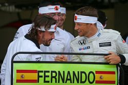 Fernando Alonso, McLaren celebra su GP 250 con Eric Boullier, Director de carreras de McLaren, Jenso