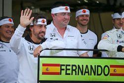 Fernando Alonso, McLaren celebrat su GP 250 con Eric Boullier, McLaren Racing Director Y su equipo