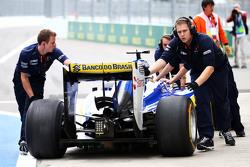 Маркус Эрикссон, Sauber C34 остановился на выезде с пит-лейна и механики толкают его обратно в гараж