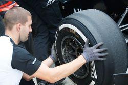 Un meccanico ART Grand Prix controlla una ruota