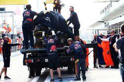 La Toro Rosso de Carlos Sainz est ramenée aux stands