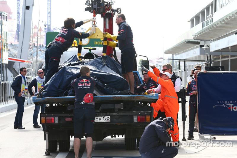 Scuderia Toro Rosso STR10 de Carlos Sainz Jr., es llevado a los pits en la parte trasera de un camión después de que se estrelló en la tercera sesión de entrenamientos