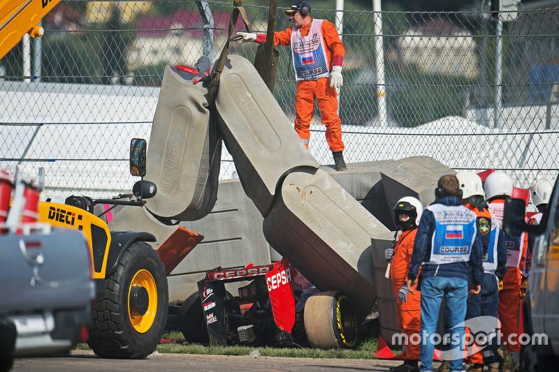 Scuderia Toro Rosso STR10 de Carlos Sainz Jr., en las barreras de Tecpro después que se estrelló en la tercera sesión de entrenamientos
