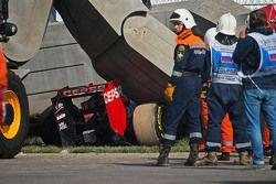 La Scuderia Toro Rosso STR10 de Carlos Sainz Jr., dans les barrières tec-pro après son crash en Essais Libres 3