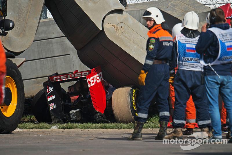Шасси STR10 получило серьезные повреждения, во время удара Сайнс перенес перегрузку в 46G. Первый удар произошел на скорости 204 км/ч, а второй, о барьеры TecPro, – на 150 км/ч