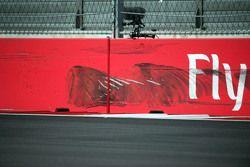 Les marques sur le mur après l'accident de Carlos Sainz Jr., Scuderia Toro Rosso lors des Essais Libres 3