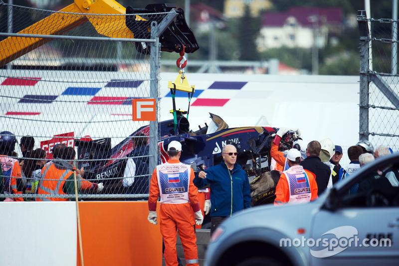 Scuderia Toro Rosso STR10 de Carlos Sainz Jr., se retira del circuito después de que se estrelló en la tercera sesión de entrenamientos