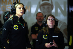 Carmen Jorda, Lotus F1 Team Development Driver met Clarisse Hoffmann, Lotus F1 Team Media Communicat