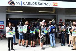 СМИ рядом с гаражом Карлоса Сайнса мл., Scuderia Toro Rosso