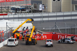 Машину Карлоса Сайнса мл., Scuderia Toro Rosso STR10 убирают с трассы