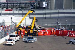 La voiture de Carlos Sainz Jr., Scuderia Toro Rosso STR10 est extraite des barrières après son accident en Essais Libres 3