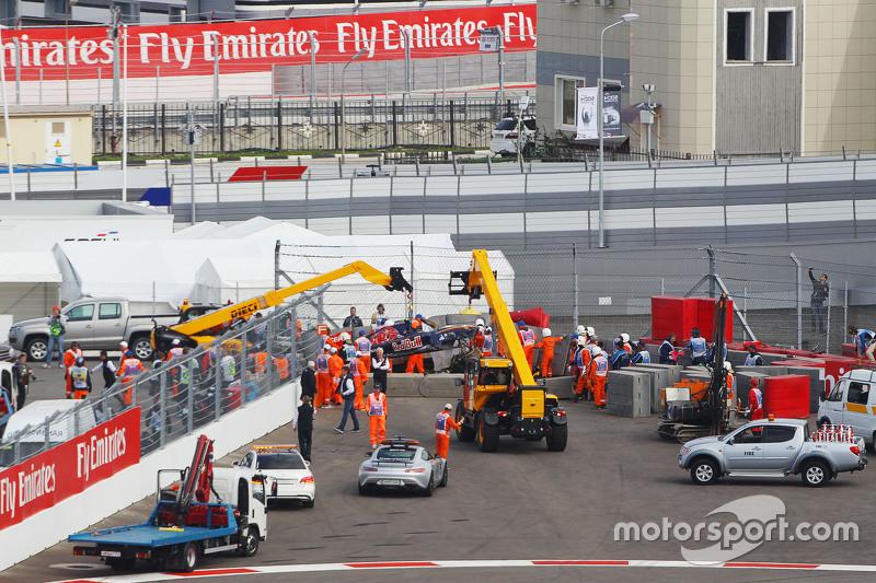 Carlos Sainz Jr., Scuderia Toro Rosso STR10 se extrae de las barreras después de que se estrelló en la tercera sesión de entrenamientos
