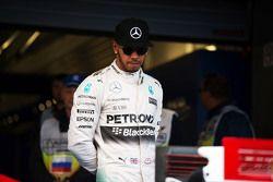 Lewis Hamilton, Mercedes AMG F1 W06 regarde la Ferrari SF15-T de Sebastian Vettel, Ferrari en parc fermé